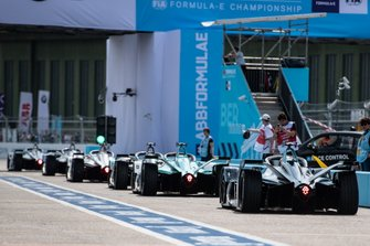 Le auto nella pitlane, con Stoffel Vandoorne, HWA Racelab, VFE-05, dietro alla fila