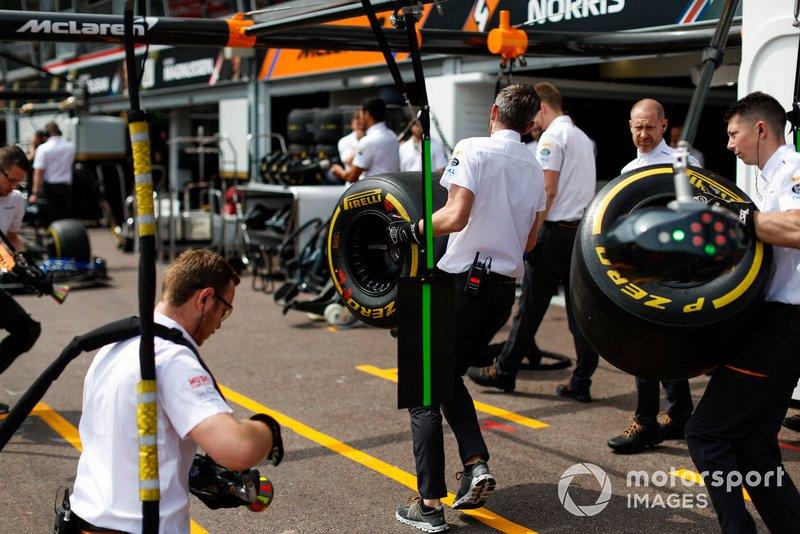 McLaren team practicando los pit stops