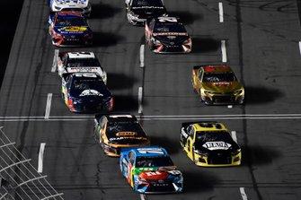 Kyle Busch, Joe Gibbs Racing, Toyota Camry M&M's Hazelnut and Chase Elliott, Hendrick Motorsports, Chevrolet Camaro NAPA Brakes