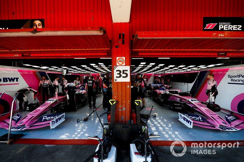 L'équipe Racing Point travaille dans son garage