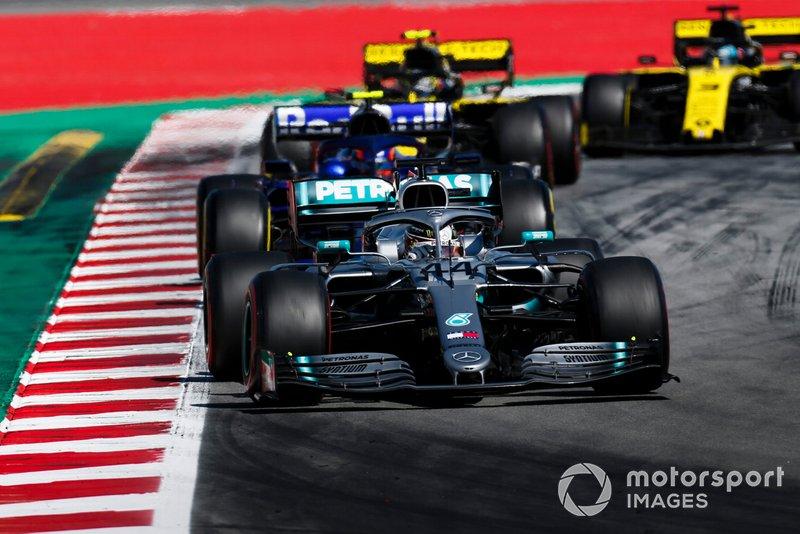 Valtteri Bottas, Mercedes AMG W10, leads Alexander Albon, Toro Rosso STR14, Nico Hulkenberg, Renault R.S. 19, and Daniel Ricciardo, Renault R.S.19