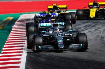 Valtteri Bottas, Mercedes AMG W10, devant Alexander Albon, Toro Rosso STR14, Nico Hulkenberg, Renault R.S. 19, et Daniel Ricciardo, Renault R.S.19