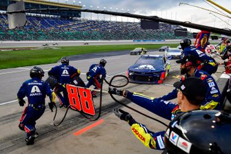 Alex Bowman, Hendrick Motorsports, Chevrolet Camaro Axalta makes a pit stop, Sunoco