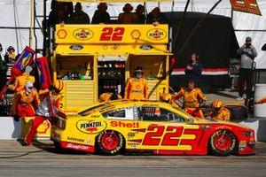 Joey Logano, Team Penske, Ford Mustang Shell Pennzoil pit stop