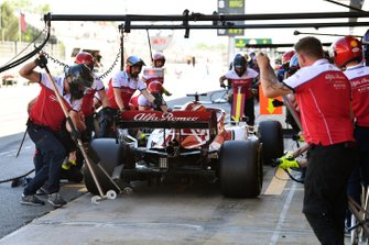 Kimi Raikkonen, Alfa Romeo Racing C38, ai box durante la pratica