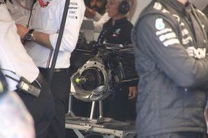 Mercedes AMG F1 W10, dettaglio del freno anteriore