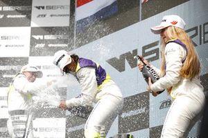 Podio: la vincitrice della gara Jamie Chadwick, la seconda classificata Beitske Visser, la terza classificata Fabienne Wohlwend
