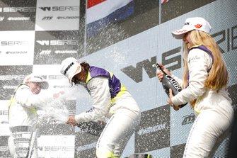 Podio: Ganadora de la carrera Jamie Chadwick, segundo lugar Beitske Visser, tercer lugar Fabienna Wohlwend