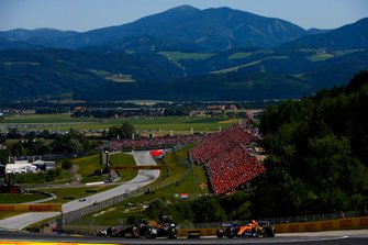 Kevin Magnussen, Haas F1 Team VF-19, leads Carlos Sainz Jr., McLaren MCL34