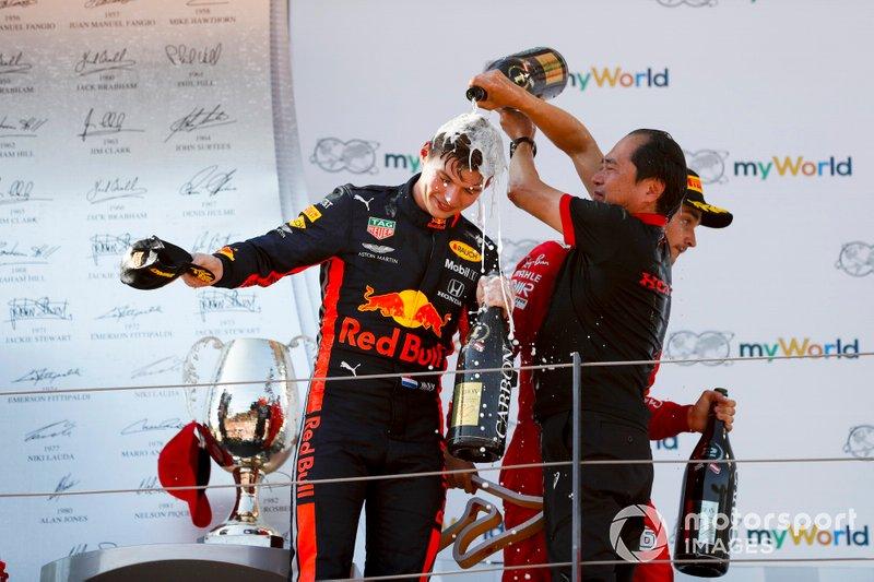 Le vainqueur Max Verstappen, Red Bull Racing et Toyoharu Tanabe, directeur technique F1 de Honda, célébrant la victoire sur le podium