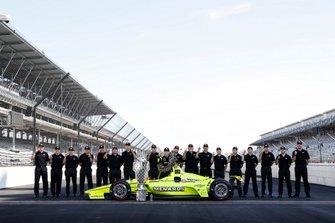 Simon Pagenaud, Team Penske Chevrolet con el personal de Chevrolet e Ilmor