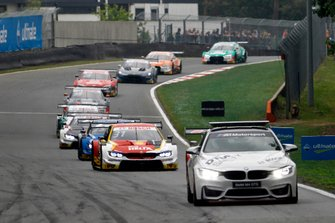 Shelton van der Linde, BMW Team RBM, BMW M4 DTM achter de Safety Car
