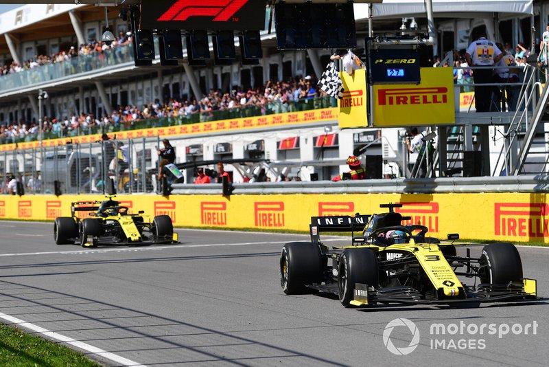 Daniel Ricciardo, Renault R.S.19, precede Nico Hulkenberg, Renault R.S. 19, passa la bandiera a scacchi