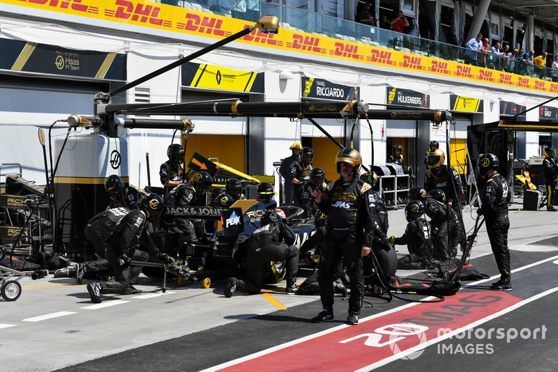 Kevin Magnussen, Haas VF-19, pit stop