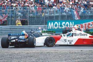 Mika Hakkinen, McLaren, s'accroche avec la Benetton de Johnny Herbert au départ