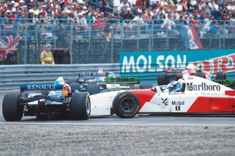 Mika Hakkinen, McLaren colisiona con Johnny Herbert, Benetton en la salida