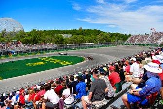 Max Verstappen, Red Bull Racing RB15, en Valtteri Bottas, Mercedes AMG W10