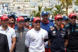Carlos Sainz Jr., McLaren, Lando Norris, McLaren, Valtteri Bottas, Mercedes AMG F1, Pierre Gasly, Red Bull Racing, and Robert Kubica, Williams Racing, pay tribute to Niki Lauda prior to the start