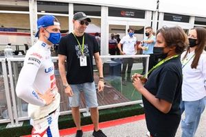 Mick Schumacher, Haas F1, meets some guests