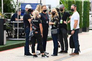 Angela Cullen, fisioterapeuta de Lewis Hamilton, e invitados en el pit lane