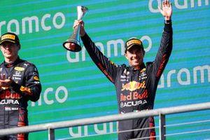 Podio: ganador Max Verstappen, Red Bull Racing, tercer lugar Sergio Pérez, Red Bull Racing