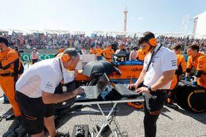 McLaren ingenieurs aan het werk op de grid