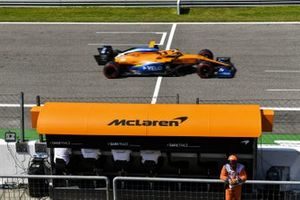 Carlos Sainz Jr., McLaren MCL35, passe devant le muret des stands McLaren