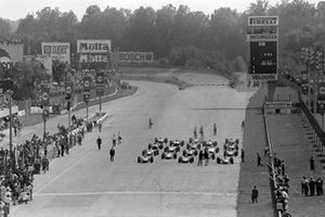 La grille est évacuée avant le départ du Grand Prix