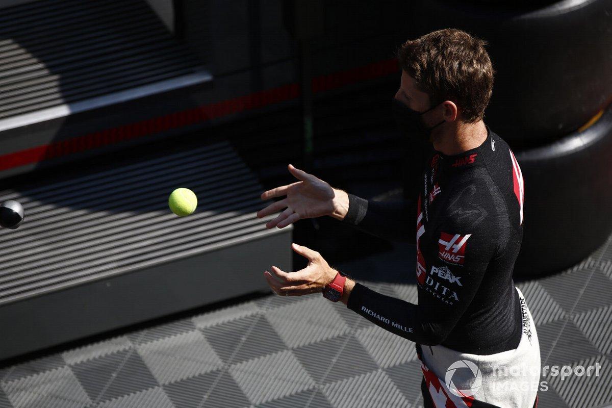 Romain Grosjean, Haas F1, realiza un ejercicio de entrenamiento de reflejos antes del FP2