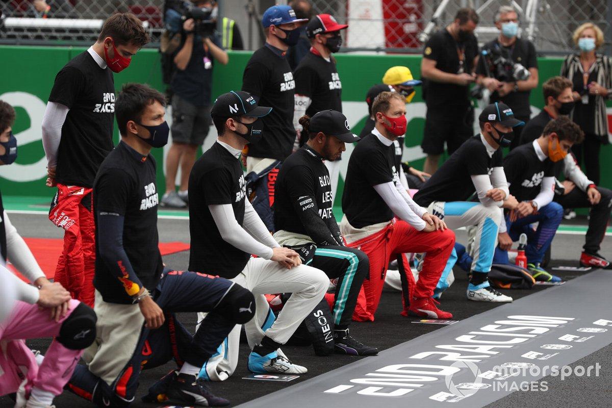 Los pilotos se arrodillan y apoyan la campaña para el Fin del Racismo antes de la carrera