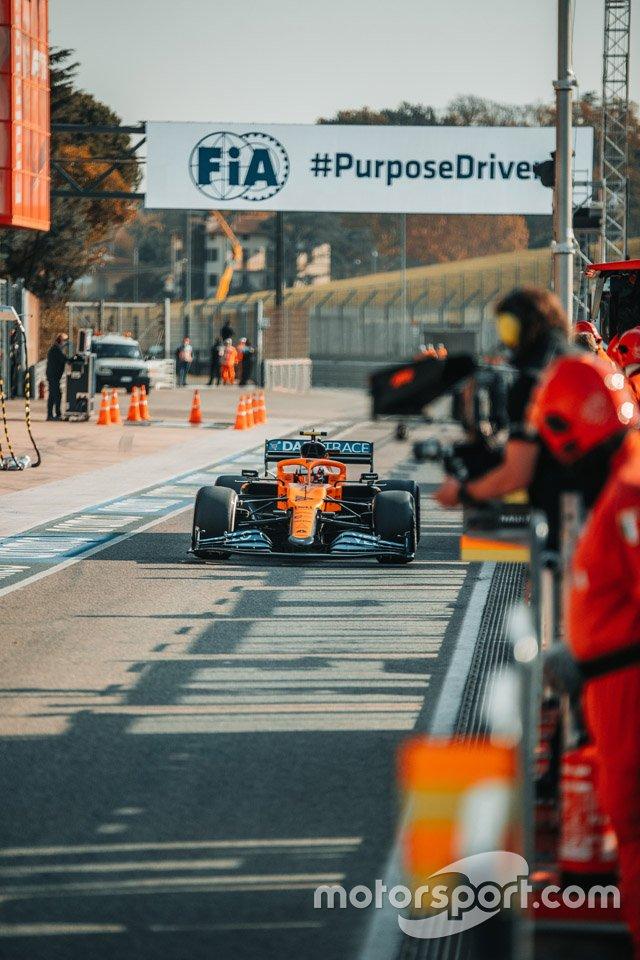 Lando Norris, McLaren, entra in pit lane