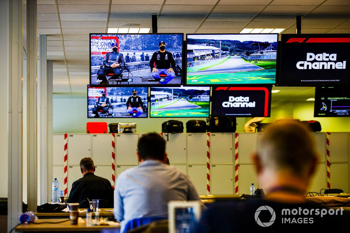 La conferencia de prensa como se ve en las pantallas del centro de medios