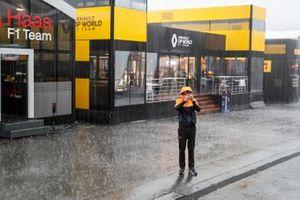Un membro della McLaren sotto la pioggia