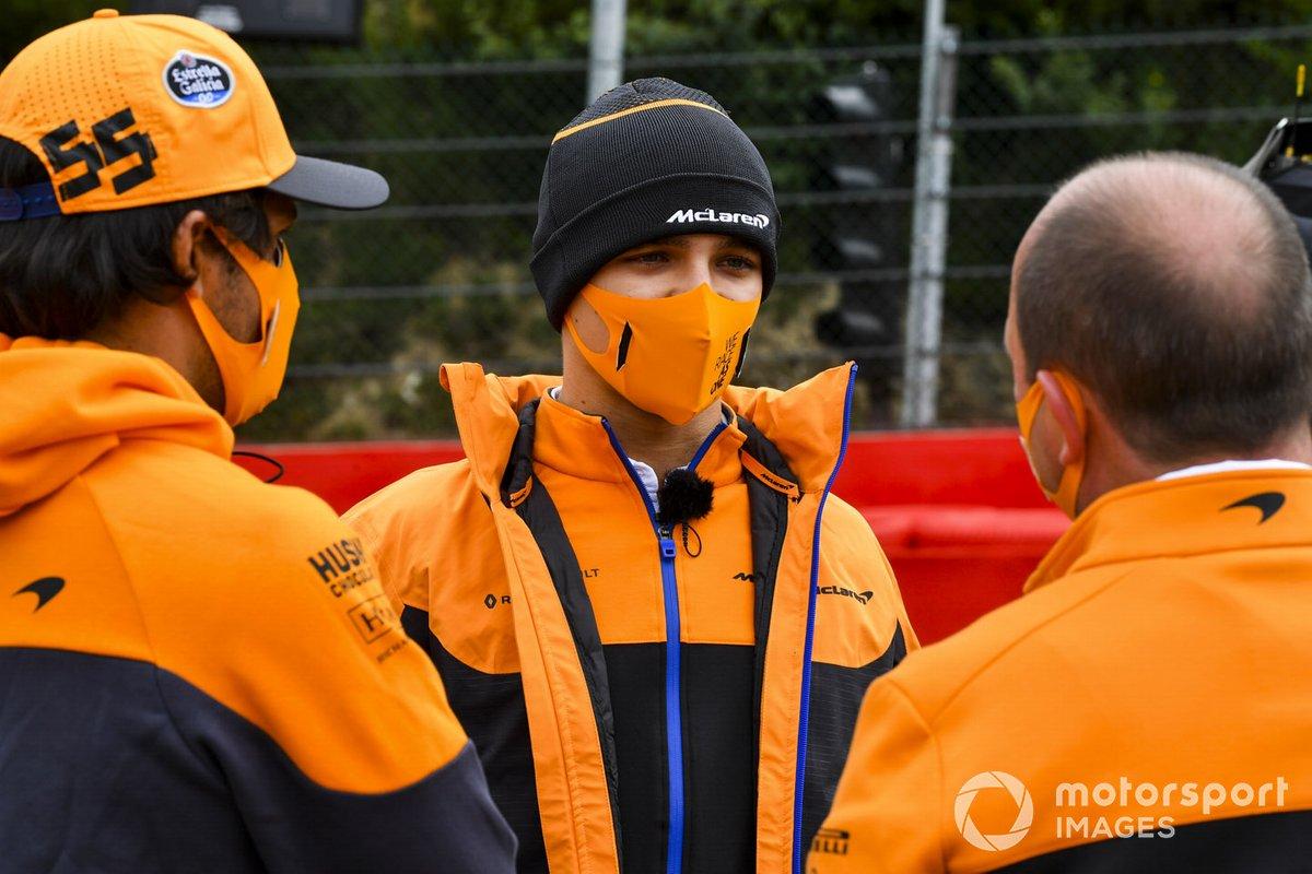 Carlos Sainz Jr. y Lando Norris, McLaren, recorren la pista