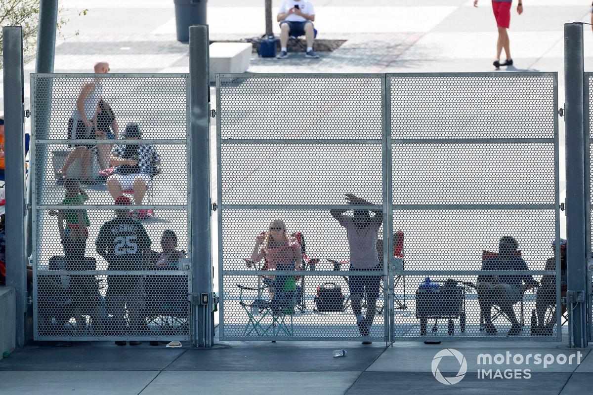 Fans a la entrada del circuito