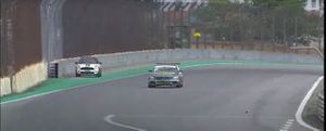 Mini invade pista de Interlagos durante corrida de Mercedes