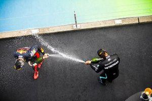 Макс Ферстаппен, Red Bull Racing и победитель гонки Льюис Хэмилтон, Mercedes-AMG F1, на подиуме