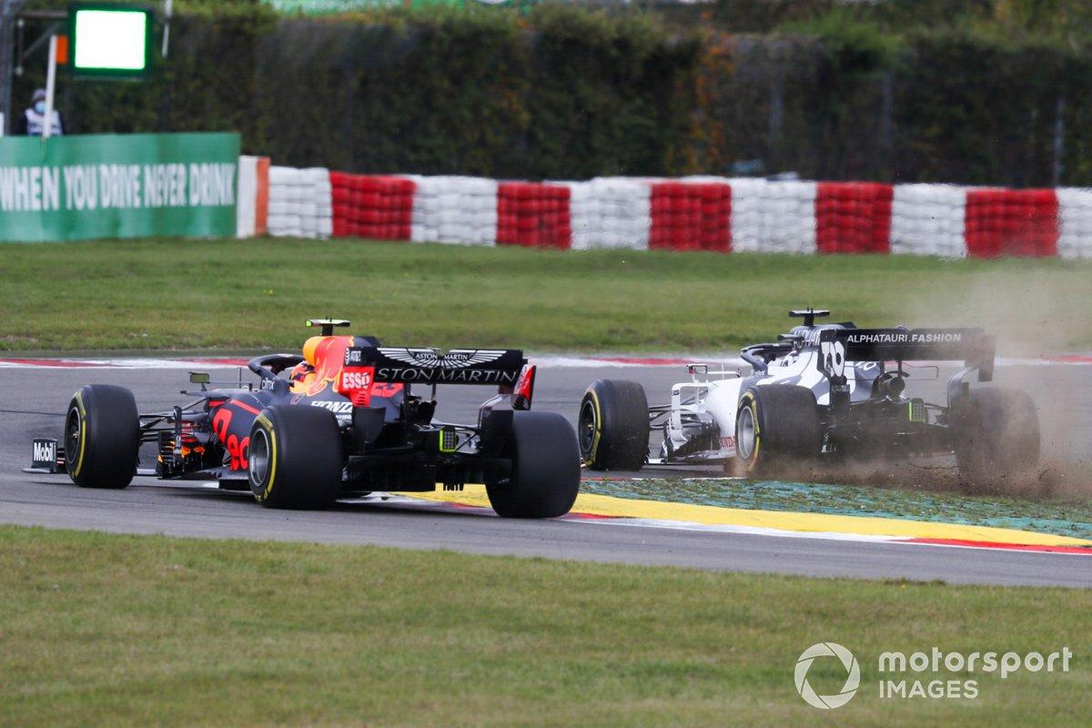 Alex Albon, Red Bull Racing RB16, pasa como Daniil Kvyat, AlphaTauri AT01, se sale de una curva y pierde su alerón delantero