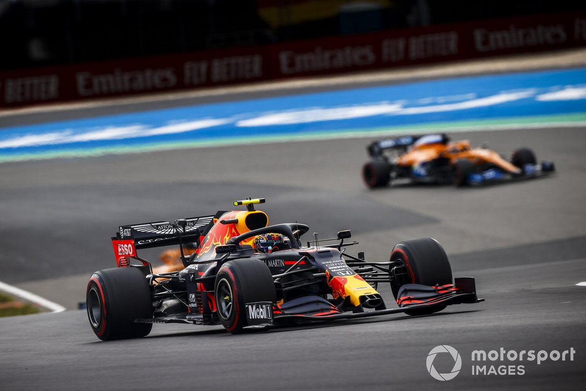 Alex Albon, Red Bull Racing RB16, Carlos Sainz Jr., McLaren MCL35