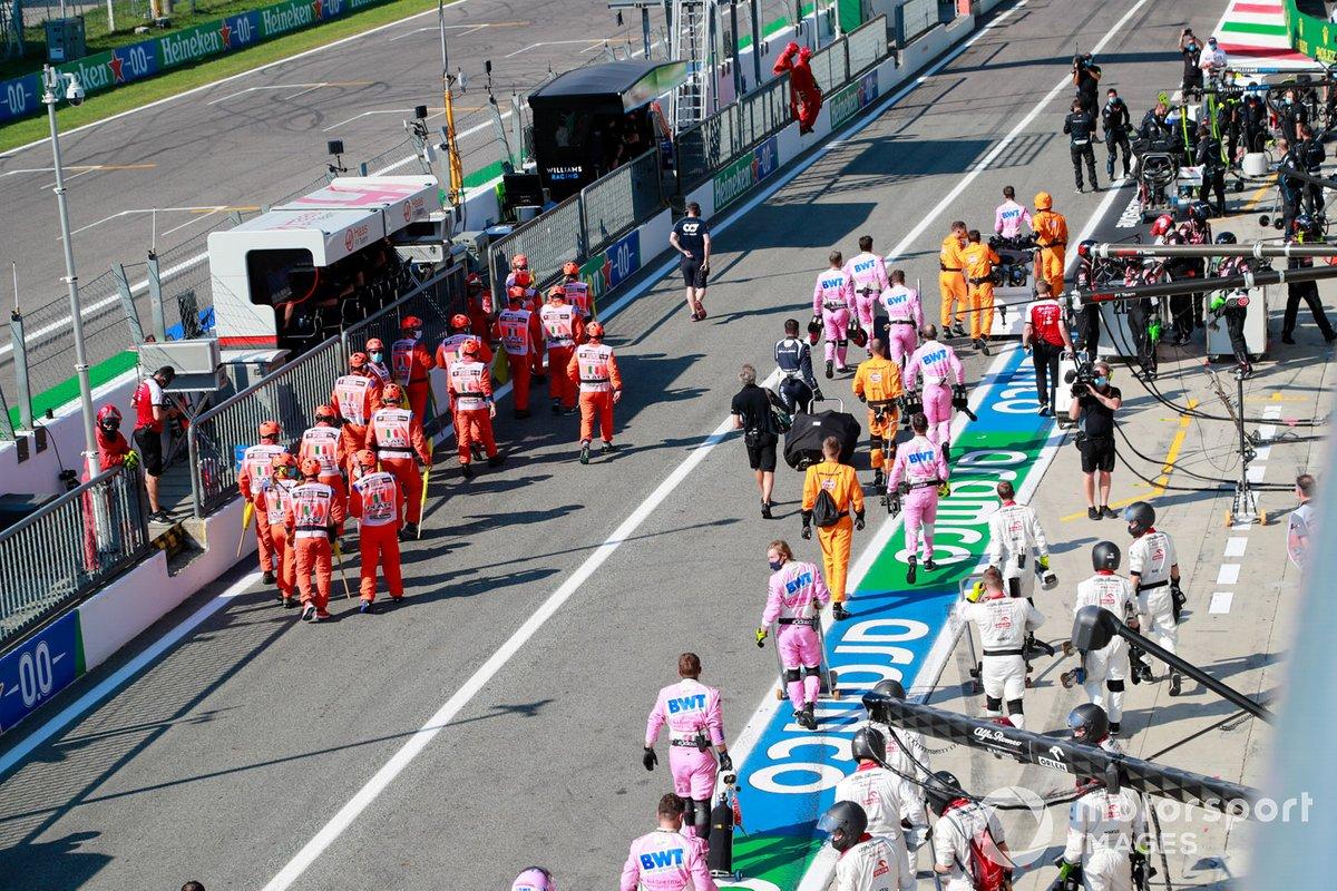 Mecánicos en pit lane