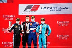 Victor Martins, MP Motorsport, il vincitore della gara Alexander Smolyar, ART Grand Prix e Calan Williams, Jenzer Motorsport festeggiano sul podio con il trofeo