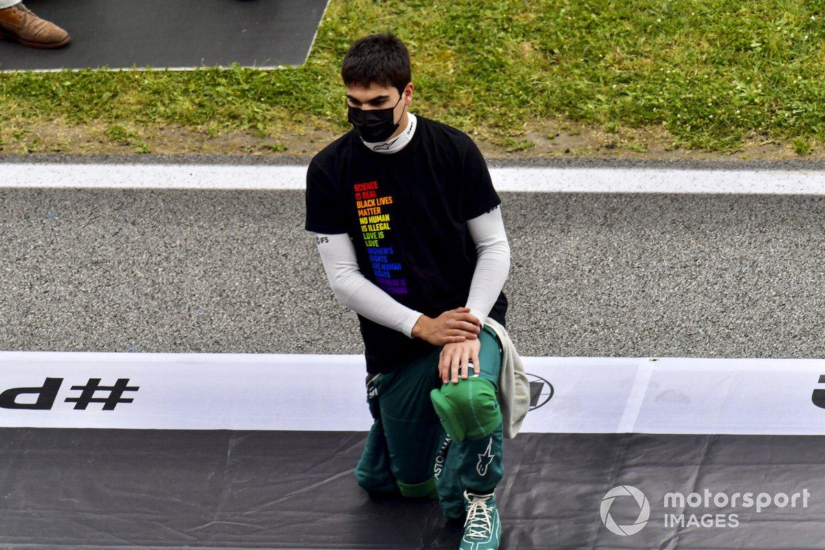 Lance Stroll, Aston Martin, se arrodilla en la parrilla