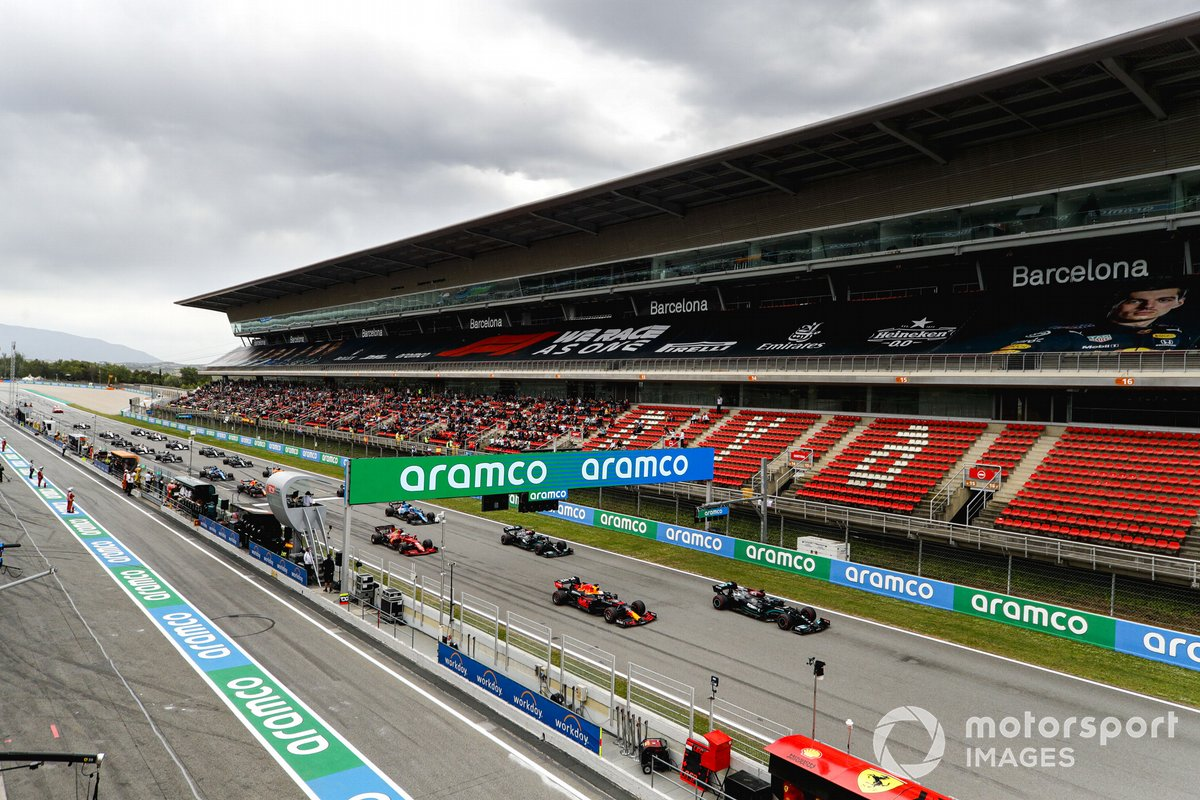 Lewis Hamilton, Mercedes W12, Max Verstappen, Red Bull Racing RB16B, Valtteri Bottas, Mercedes W12, Charles Leclerc, Ferrari SF21, Esteban Ocon, Alpine A521, al inicio