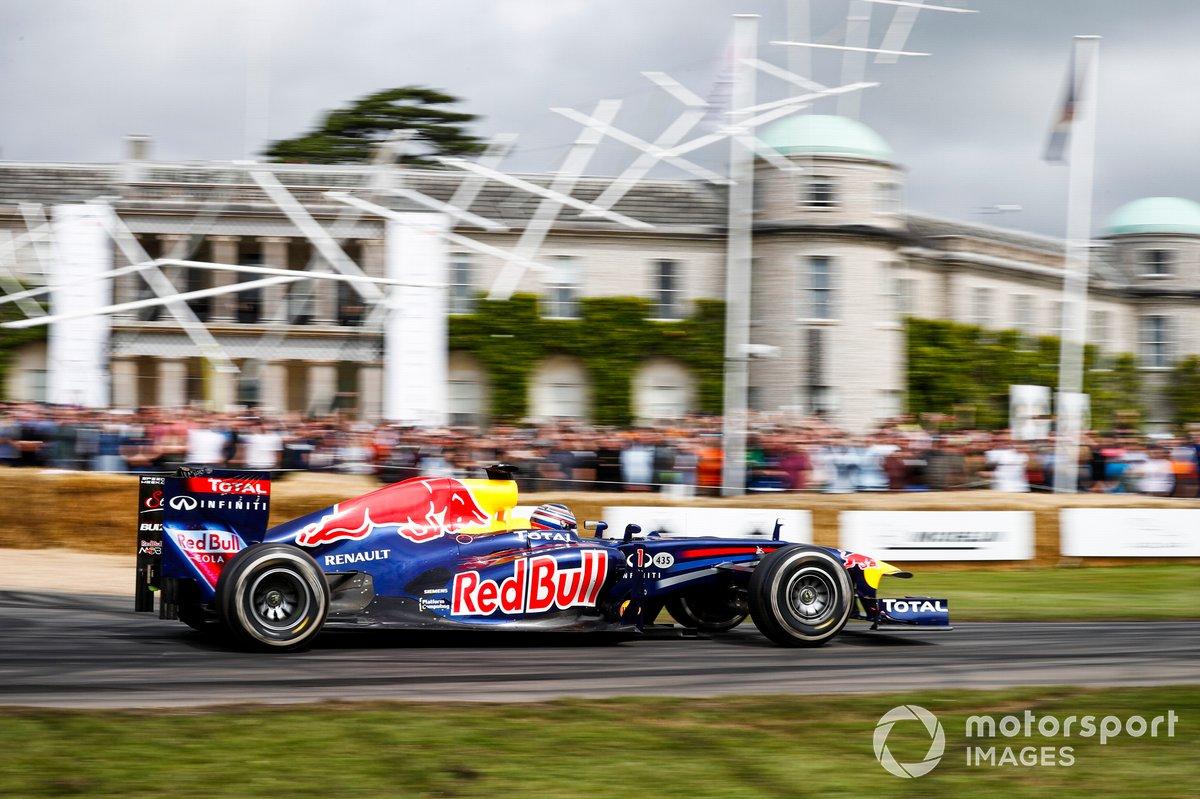 Liam Lawson au volant de la Red Bull-Renault RB7 (2011)