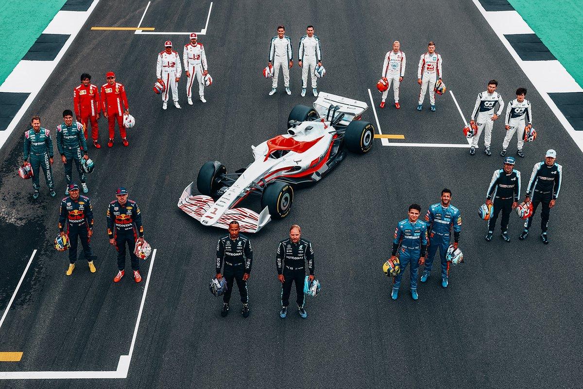Пилоты с концепт-макетом болида Формулы 1 2022 года