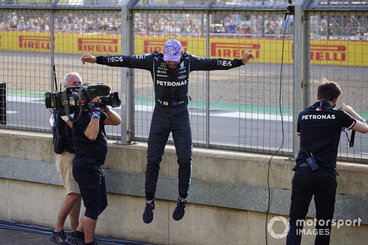 Pole man Lewis Hamilton, Mercedes, salta giù dalla recinzione