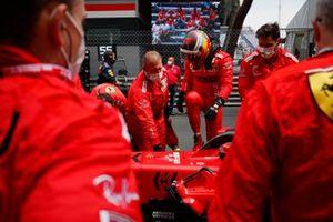 Carlos Sainz Jr., Ferrari, on the grid