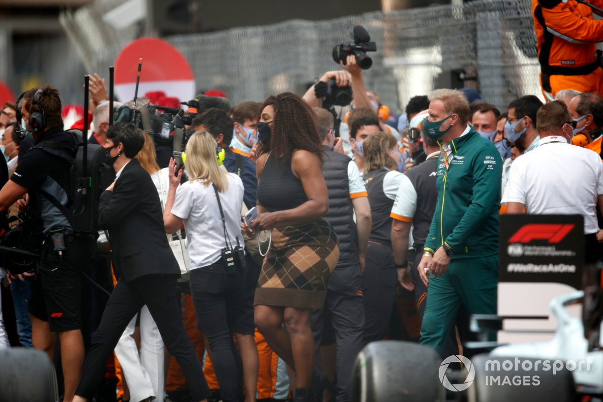 La estrella del tenis Serena Williams se une a las celebraciones tras la carrera