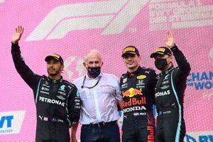 Lewis Hamilton, Mercedes, Helmut Marko, adviseur, Red Bull Racing, Max Verstappen, Red Bull Racing,, en Valtteri Bottas, Mercedes, op het podium