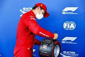 Charles Leclerc, Ferrari, con el premio Pirelli a la pole position